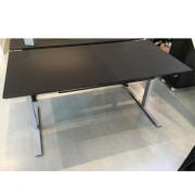 Delta Hæve/sænkebord med skuffe