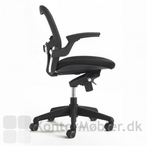 Iko kontorstol har armlæn, gascylinder og gummihjul med bløde baner