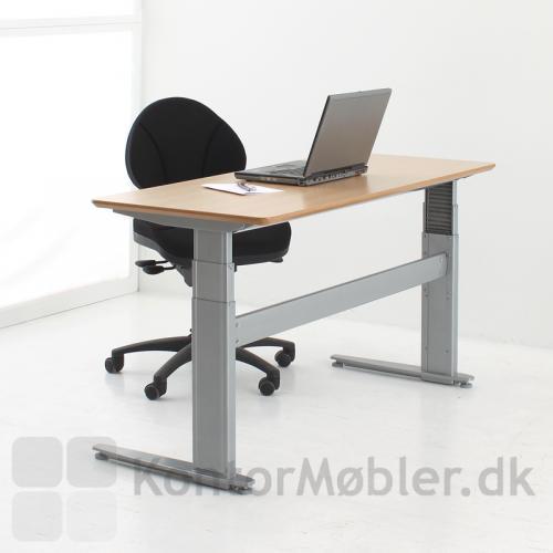 Overskuelig arbejdsplads med 501-27 bord og bøgeplade.