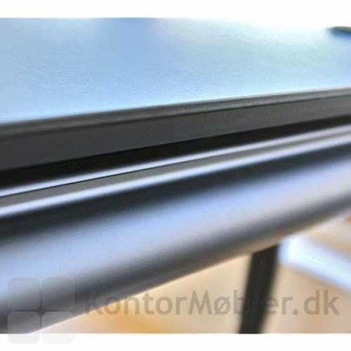 Sort bordplade i linoleum på hæve sænke bord fra Dencon