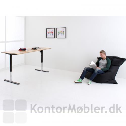 501-49 er et arbejdsbord til kontor og privat - nu med sorte ben