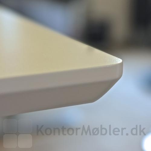 Nærbillede af bordkanten på et Delta hæve sænke bord med hvid laminat