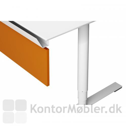 Nærbillede af Delta bord fra Dencon med hvid laminat og kabelbakke plus front
