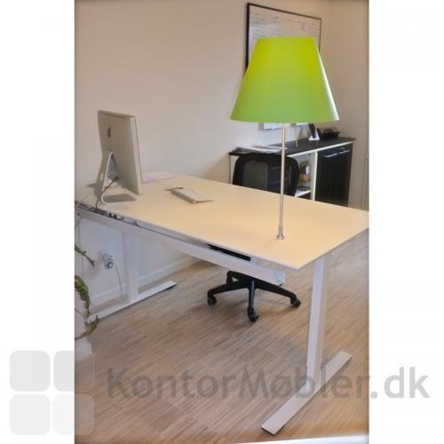 Hvidt i hvidt Delta bord på to-leddet stel inklusiv kabelbakke