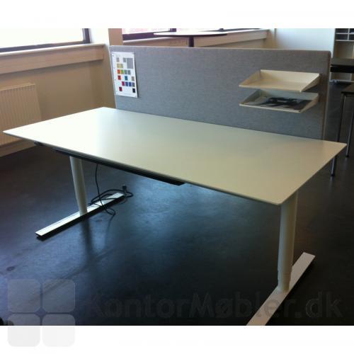 Hvidt laminat-bord fra Dencon - her med monteret skærmvæg/opslagstavle