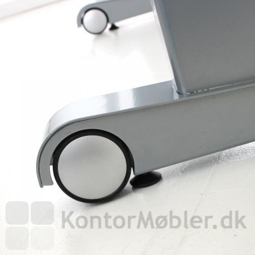 To hjul er monteret forrest på stellets fødder, så bordet kan skubbes rundt i kontoret
