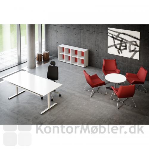 Hvidt Delta bord med bordplade i laminat