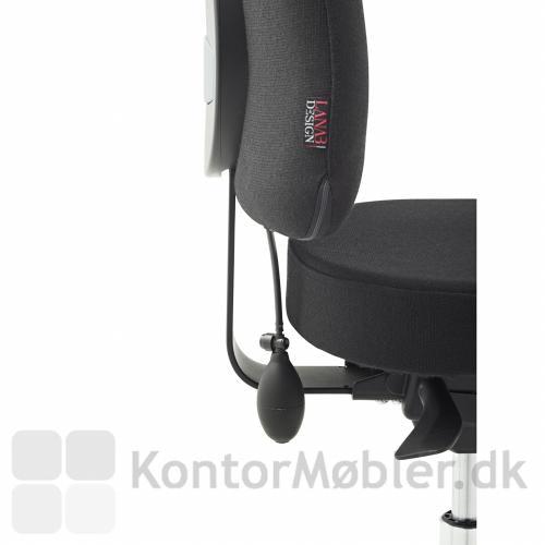 Luftpumpen giver fuld kontrol over graden af lændestøtte i kontorstolen