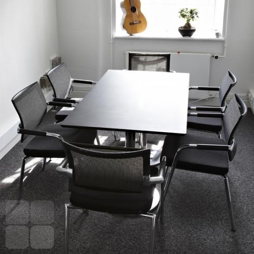 Delta mødebord til seks. Igen i sort linoleum