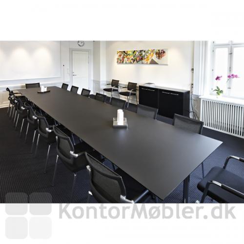 Tre-dobbelt mødebord i sort linoleum bliver et stort konferencebord