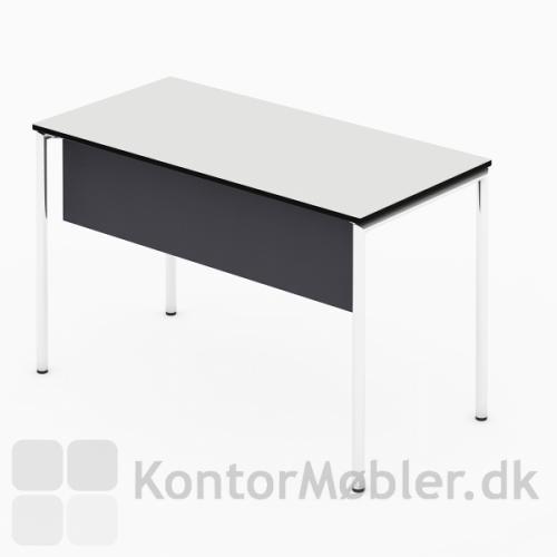 Delta kantinebord i 60x120 cm med hvid bordplade og frontpanel, som kan købes som ekstra udstyr til bordene med længden 120 cm