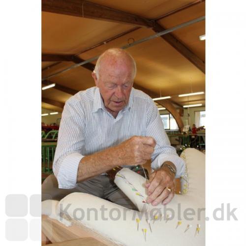 Meget af polstringen og syarbejdet på Bamsestolen Svend Skipper gøres i hånden