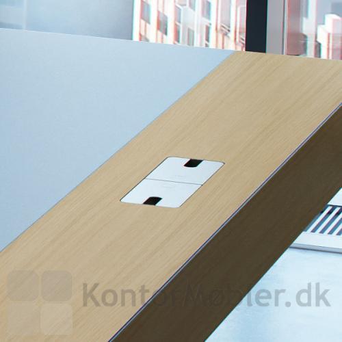 Delta X Skrivebord er som standard forsynet med kabelbakke og kabelgennemføring.