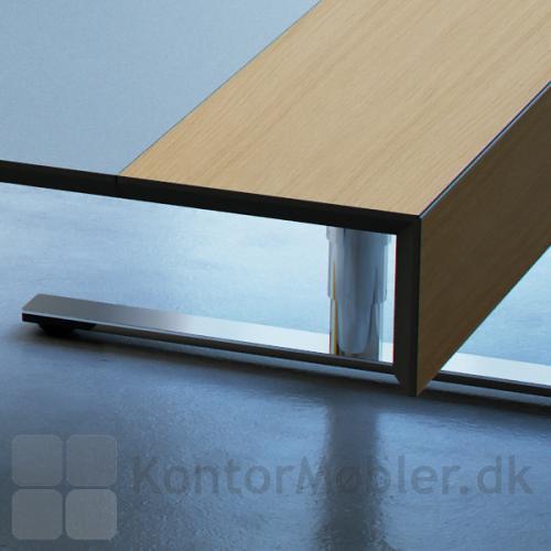 Kantprofilen på Delta X skrivebord er på 50 grader med sortlakerede MDF kanter