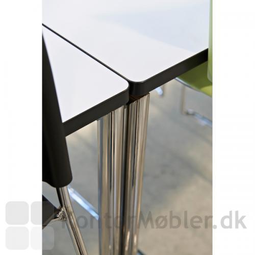 Delta kantinebord har sort kant, som er fremstillet i 1,5mm slagfast plastic