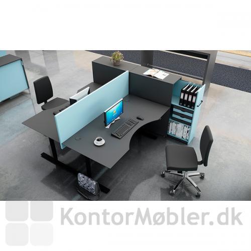Delta hævesænkebord i sort linoleum sat sammen med andre Dencon møbler