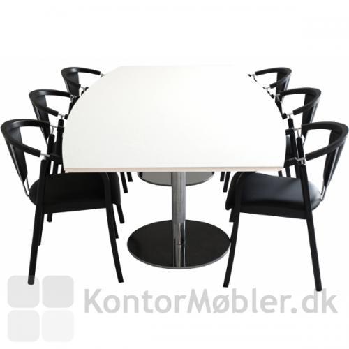 Anna mødestol i opstilling med mødebord. Stolen er her vist med sort stel samt sort læderpolstring