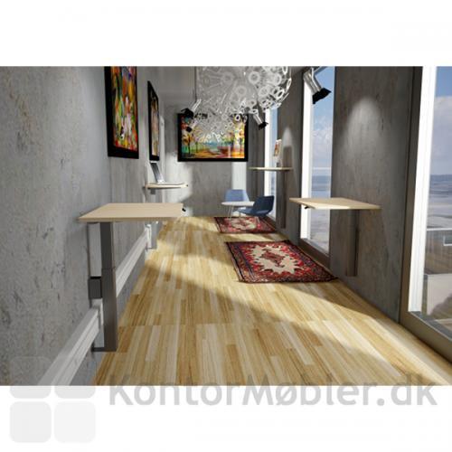 Delta vægmonterede borde med små Ahorn-plader. Bemærk den vinkelrette kantskæring på bordpladernes bagside