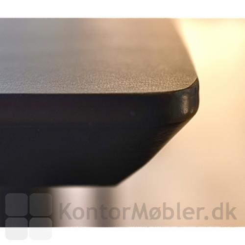 Close up af kantprofilen på alle Delta-bordplader - her sort linoleum