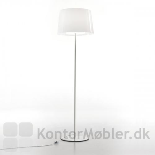 Minimalistisk standerlampe med yderskærm i gennemfarvet hvid