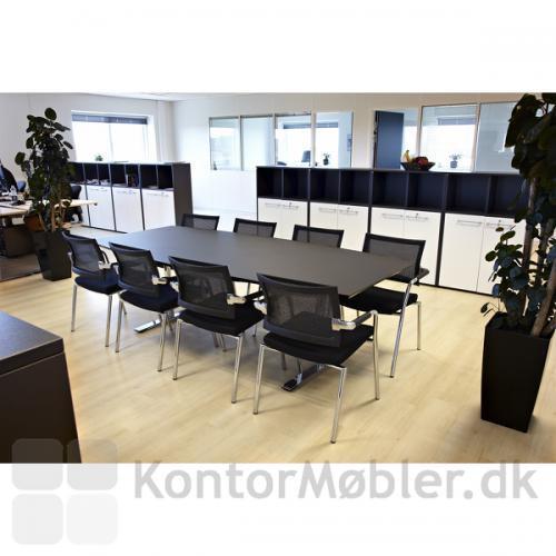 240 cm mødebord i sort linoleum med 8 Skin stole