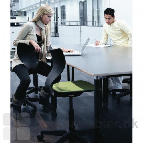 Cobra kontorstol med polstring og sort stel