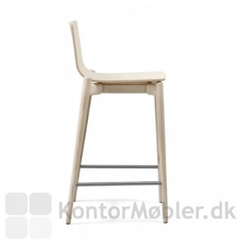 Malmö barstol i massiv ask set fra siden.