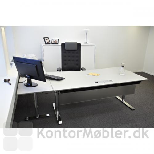 Kabelgennemføring med klap i hvidt Delta bord med krom-stel
