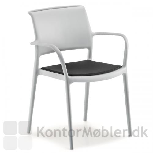 ARA stol i hvid med sort sædepude