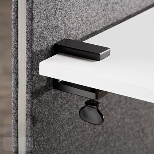 Edge frontmonteret bordskærm, med sorte bordbeslag