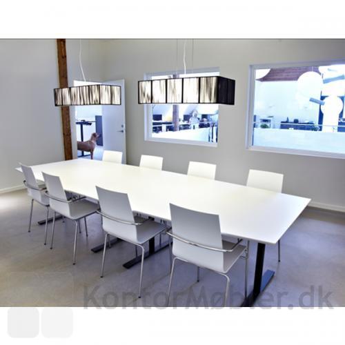 To-delt konferencebord fra Dencon i hvid laminat med sorte ben og fødder.