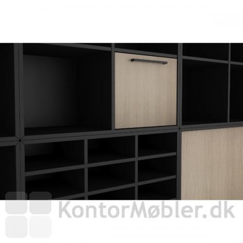 Postreol i sort i størrelsen 80x75 cm