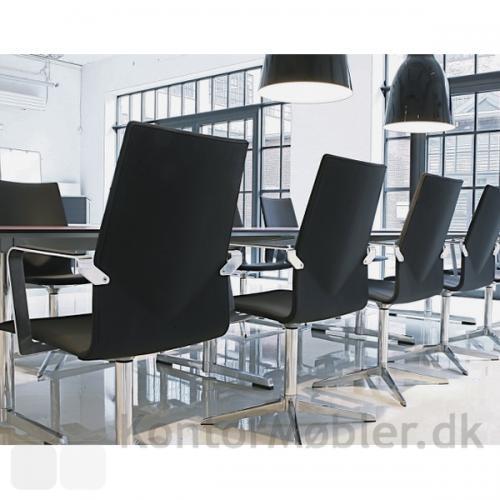 Four Cast XL med sort læder polstring, er en flot mødestol