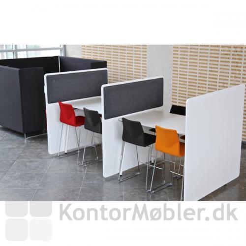 Four Real 90 højbord med RinR bordskærm på to sider af bordet