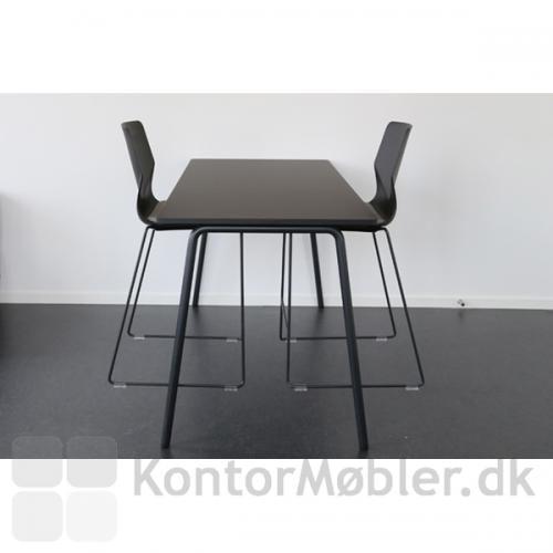 På Four Real 90/105 højbord, bredde 80 cm, kan der monteres stoleophæng