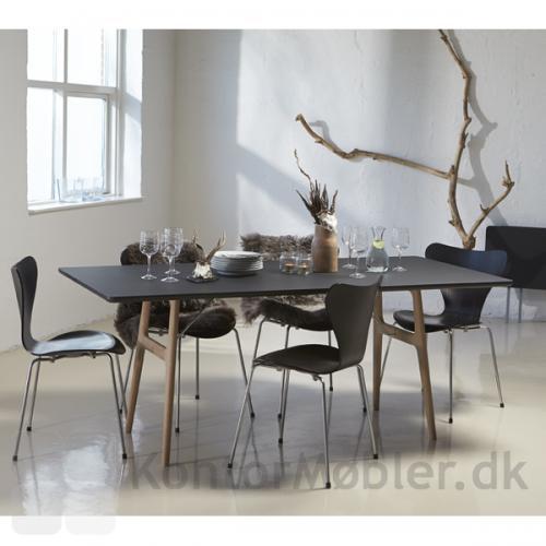 R13 mødebord med sort bord og ben i massiv eg