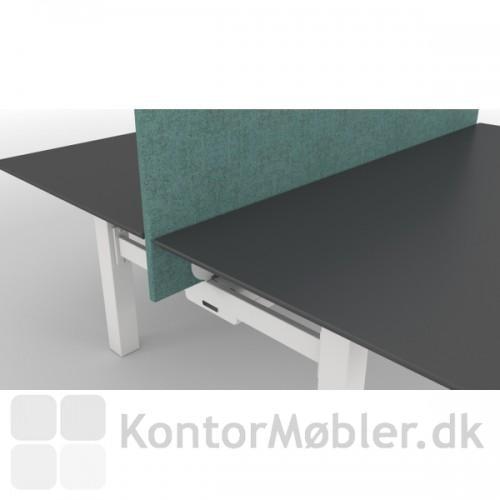 Bordet kan vælges med en lyddæmpende skærmvæg i mange forskellige farver