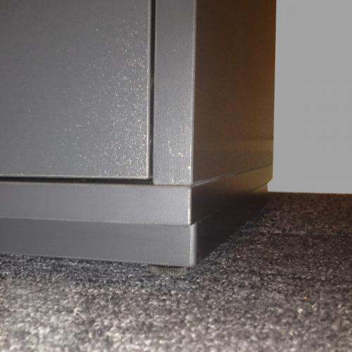 Standard sokkelplade giver Jive reolen et svævende udtryk