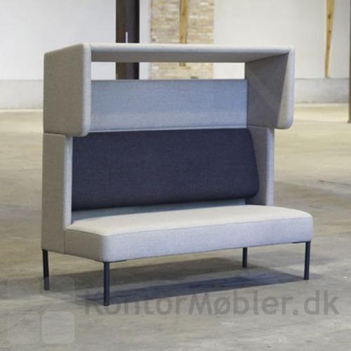 Four Us sofa med modulet Cave, her er puden valgt i en kontrast farve