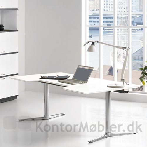Switch hæve-/sænkebord med hvid bordplade og krom stel, giver kontoret et elegant udseende