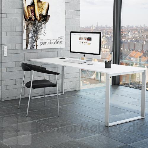 Frame bord i hvid bordplade og hvidt stel, der befinder sig på et kontor