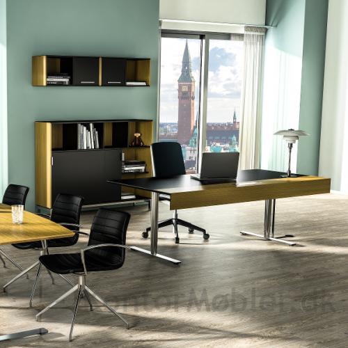 Delta X skrivebord med sort bordplade og finer endekant