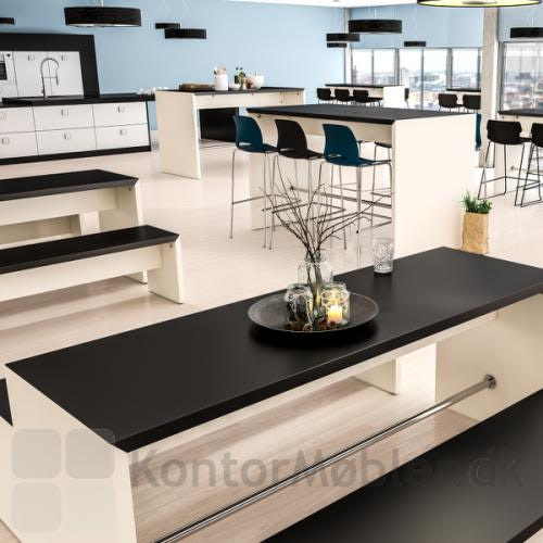 Portalbænk set i et kantine miljø sammen med portalbord