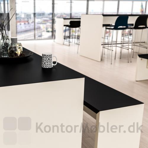 Portalbænk set i med sort linoleum top og hvid laminat gavl