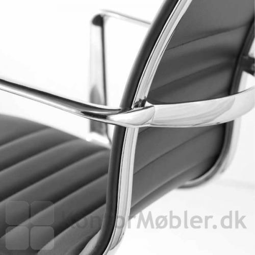 Sophia konferencestol har eksklusiv bøjle i aluminium på ryggen
