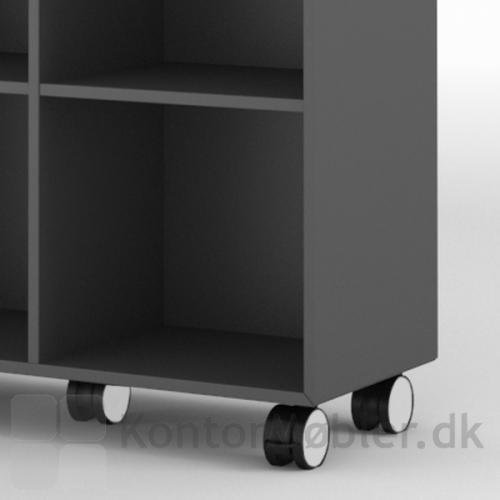 Skab med 2 brede hylder bliver mobil ved montering af hjul