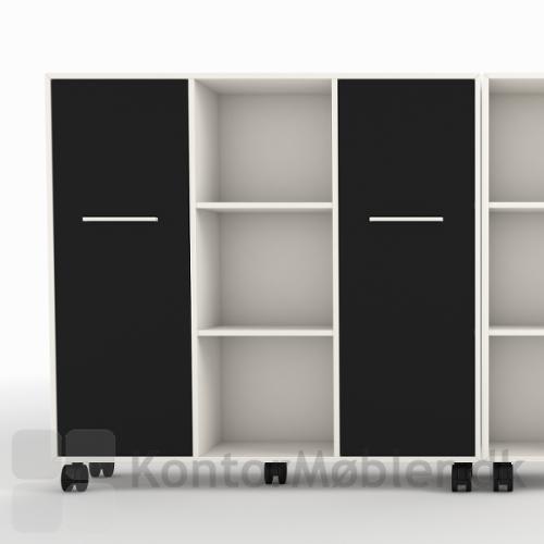 Reol med 9 rum i hvid med sorte låger og hjul