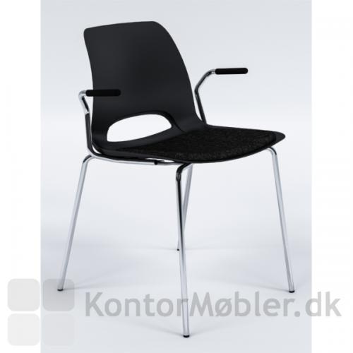 Frigg mødestol i sort med armlæn og sædepolstring - krom stel