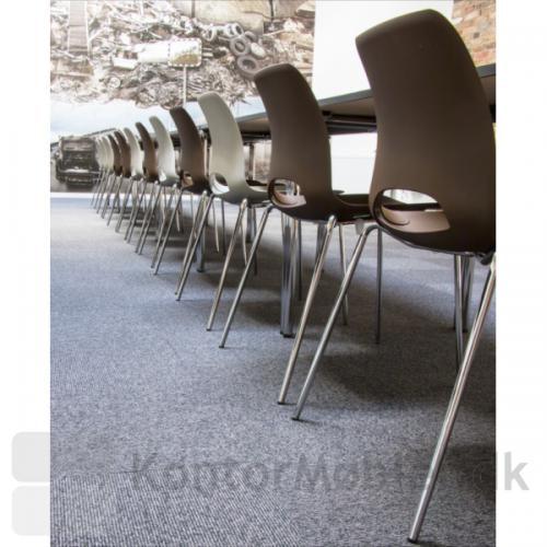Frigg stolen er her valgt i farverne brun og hvid