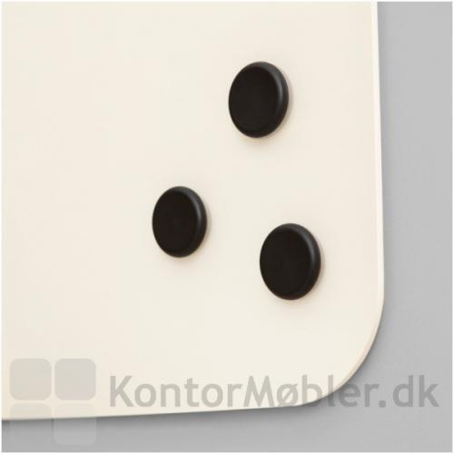 Mood Flow Wall har runde kanter, her vist med sorte magneter